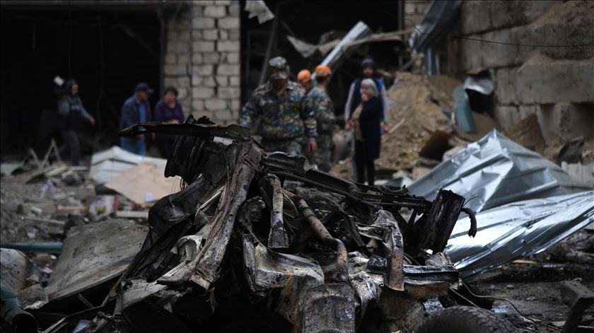 A cidade de Stepanakert foi bombardeada pelas forças do Azerbaijão. Foto: David Ghahramanyan/EPA