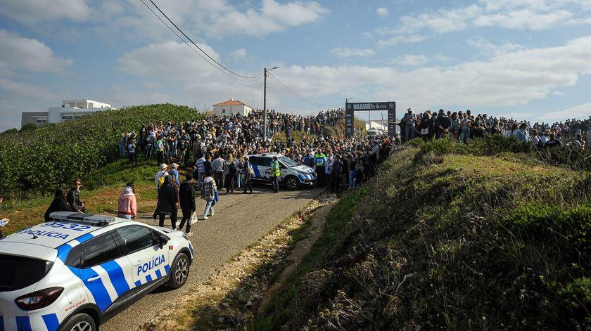Aglomerado de centenas de pessoas para ver as ondas na Nazaré no dia em que Portugal bate novo recorde de casos. Foto: Carlos Barroso/Lusa