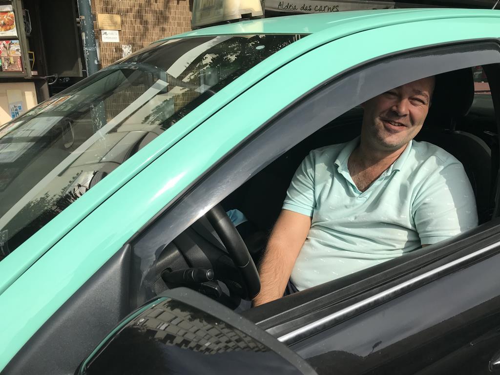 Nelson já está a tomar medidas para poupar gasóleo no seu táxi. Foto: Isabel Pacheco/RR