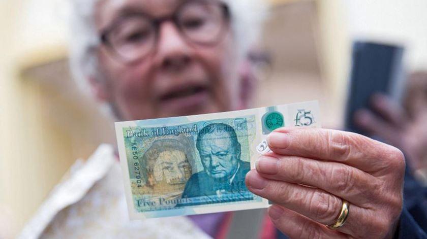 Novas notas de cinco libras causam polémica. Foto: EPA