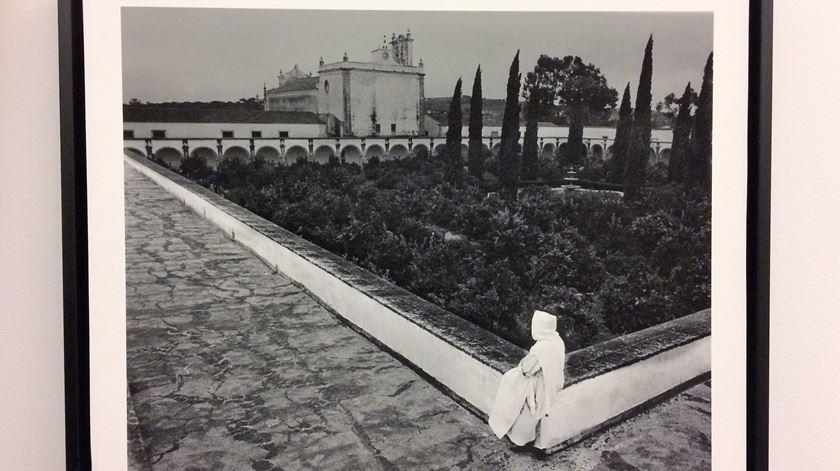 Foto de Eduardo Gageiro em reportagem de 1970 sobre o Convento da Cartuxa. Foto: Rosário Silva/RR