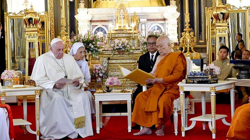 O Papa Francisco com o supremo patriarca budista da Tailândia Somdet Phra Sangkharat em Banguecoque. Foto: Ciro Fusco/EPA