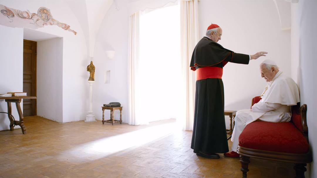 Momento em que o Cardeal Bergolio absolve os pecados de Papa Bento XVI no filme. Foto: Netflix