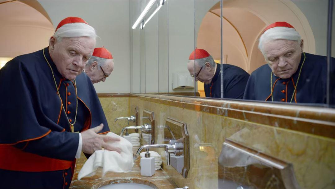 Momento na casa de banho do Vaticano em que Bergoglio assobia a música Dancing Queen, dos Abba. Foto: Netflix
