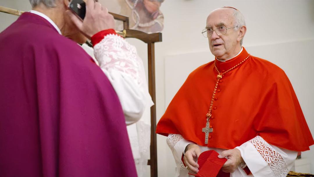 O momento em que o recém-eleito Papa Francisco tenta ligar ao Papa Bento XVI. Foto: Netflix