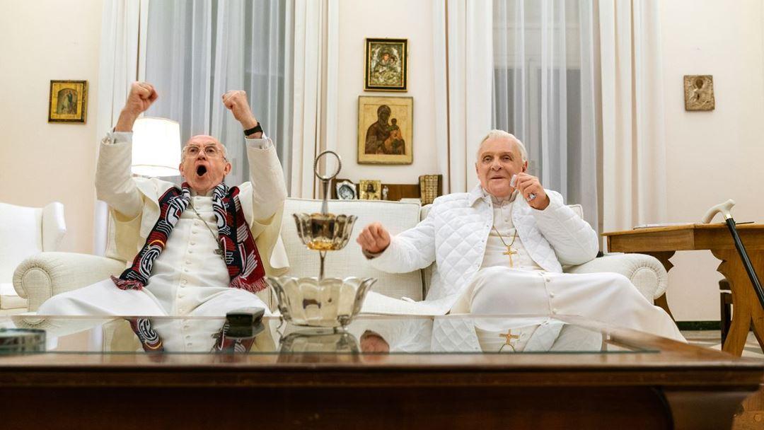 """Em """"Os Dois Papas"""", Bergoglio e Ratzinger veem a final do Mundial de futebol entre Argentina e Alemanha. Algo que não aconteceu na realidade. Foto: Netflix"""