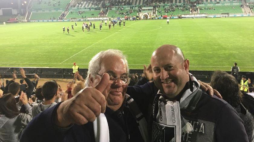Padre José Antunes, à esquerda, com um amigo no Estádio dos Arcos, a ver o Vitória. Foto: Facebook