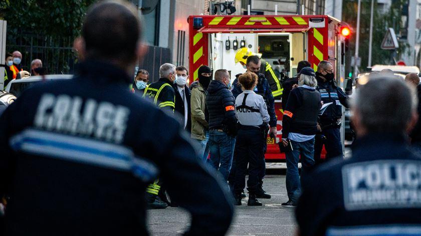 Polícia está a investigar ataque em igreja ortodoxa grega na rua St. Lazare, em Lyon. Foto: Nicolas Liponne/EPA
