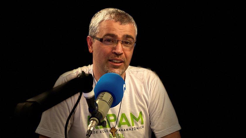 Padre Júlio Caldeira nos estúdios da Renascença. Foto: Paulino Coelho/RR (arquivo)