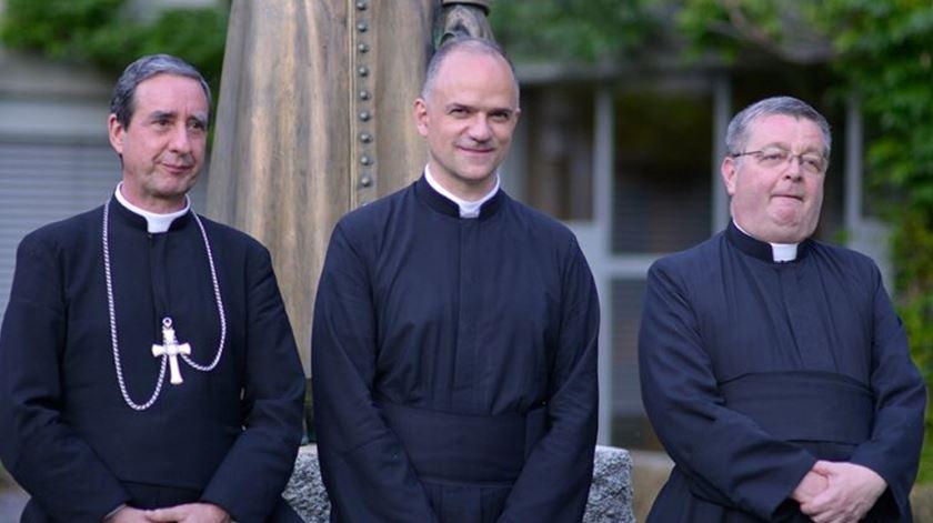Superior geral da SSPX, padre Davide Pagliarani e assistentes, bispo Alfonso de la Galarreta e o padre Christian Bouchacourt. Foto: SSPX