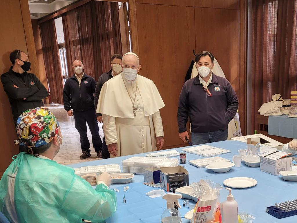 Papa Francisco visita um centro de vacinação em Roma. Foto: Vaticano