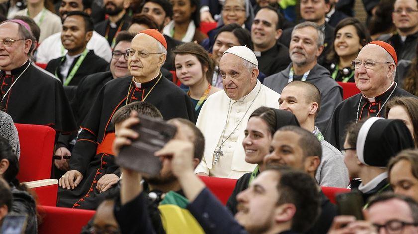 O Papa Francisco sentado com os jovens na reunião preparatória do sínodo de 2018. Foto: Fabio Frustaci/EPA
