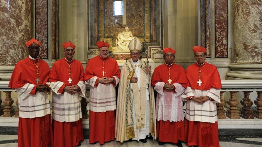 Papa Francisco com cinco novos cardeais. Foto: Vaticano