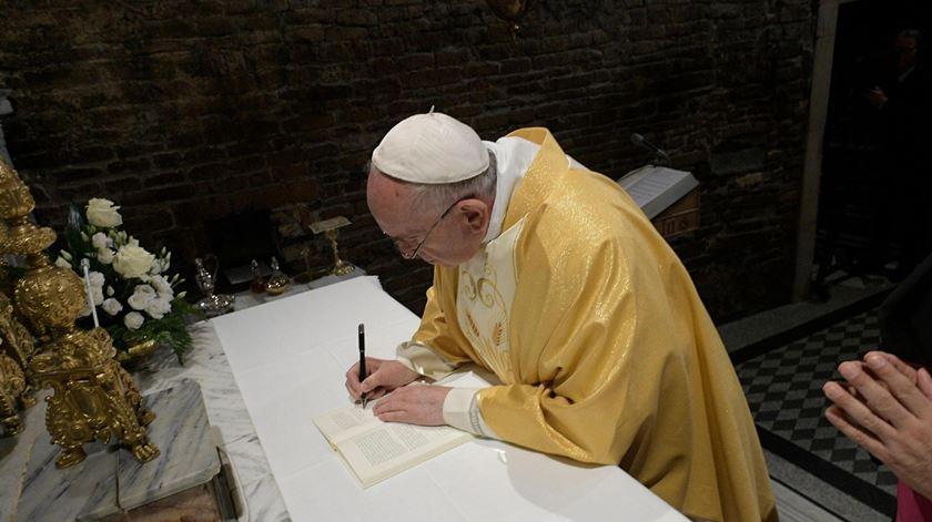 O Papa assina a exortação apostólica Cristo Vive, durante a sua visita ao Loreto. Foto: EPA