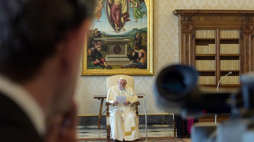Papa Francisco faz a audiência geral a partir da Biblioteca Pontifícia por causa da Covid-19. Foto: EPA