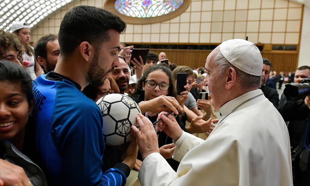 O Papa Francisco é um adepto do futebol e tem usado o desporto para promover a inclusão social. Foto: EPA