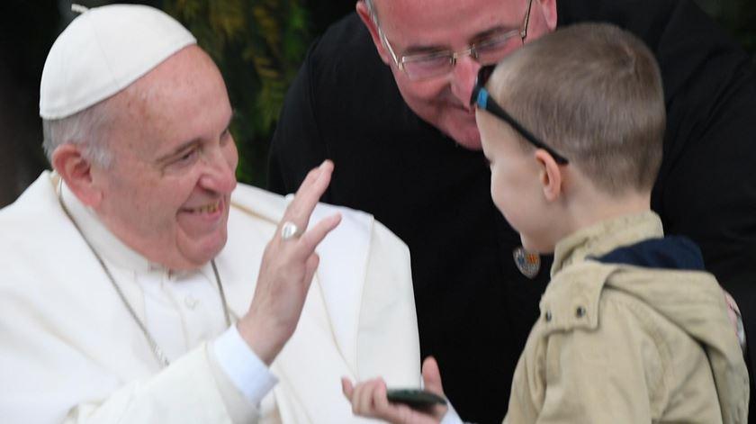 Papa na Macedónia saúda uma criança. Foto: Maurizio Brambatti/EPA