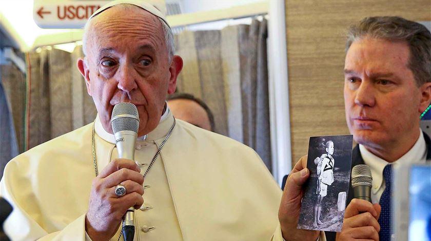 """Papa Francisco segura uma pagela com o título """"O fruto da guerra"""". Foto: Alessandro Bianchi/Reuters"""