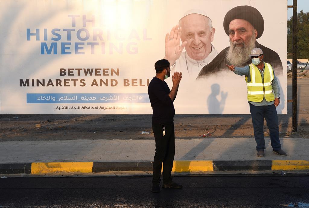 Cartaz anuncia o encontro entre o Papa Francisco e o ayatollah Ali al-Sistani. Foto: Alaa Al-Marjani/Reuters