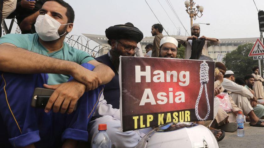 Manifestantes pedem a morte de Asia Bibi, a cristã paquistanesa que foi libertada pelo supremo tribunal no mês passado. Foto: Rahat Dar/EPA