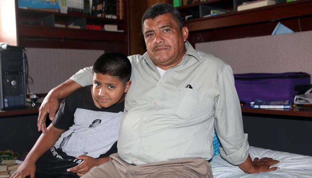Pastor evangélico Jose Chicas, nos EUA, com o filho. Foto: Pastorjosechicas.org