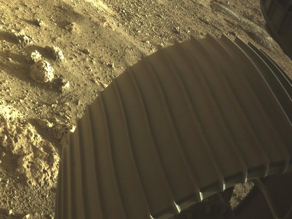 Roda do robot Perseverance sobre o solo de Marte. Foto: NASA/EPA