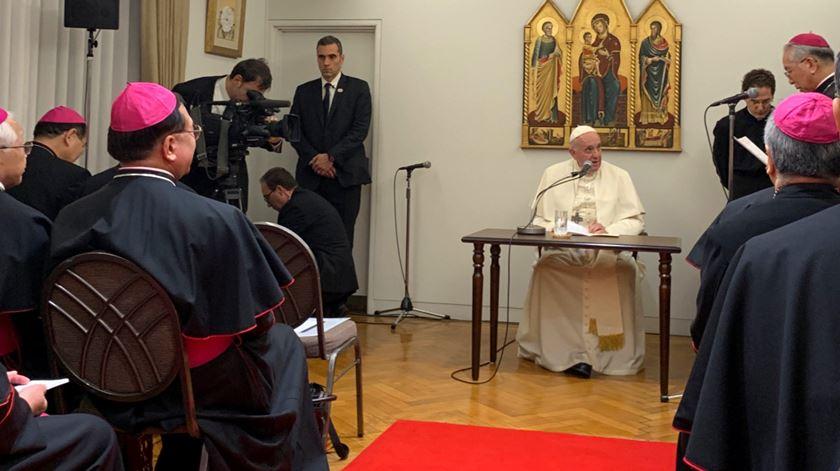 Papa Francisco a preparar-se para discursar aos bispos japoneses. Foto: Antonio Spadaro/Twitter