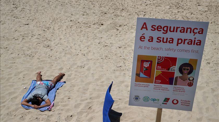 Letreiro na praia da Figueira da Foz alerta para as novas regras de distanciamento social e lotação máxima, na abertura da época balnear. Foto: Paulo Novais/ Lusa