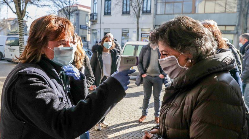 A candidata às eleições presidenciais Ana Gomes mede a temperatura corporal à entrada do Mercado Municipal de Matosinhos. Foto: Tiago Petinga /LUSA