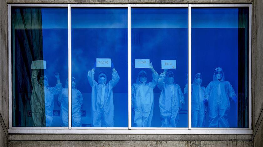 Profissionais de saúde do Hospital de Braga enviam mensagem de esperança ao país. Foto: Hugo Delgado/ Lusa