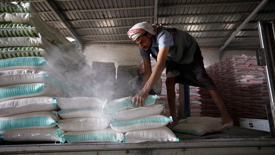 O PAM faz deslocar 5.600 camiões, 30 navios e quase 100 aviões, entregando alimentos e outros tipos de assistência aos que mais precisam. Foto: Yahya Arhab/EPA