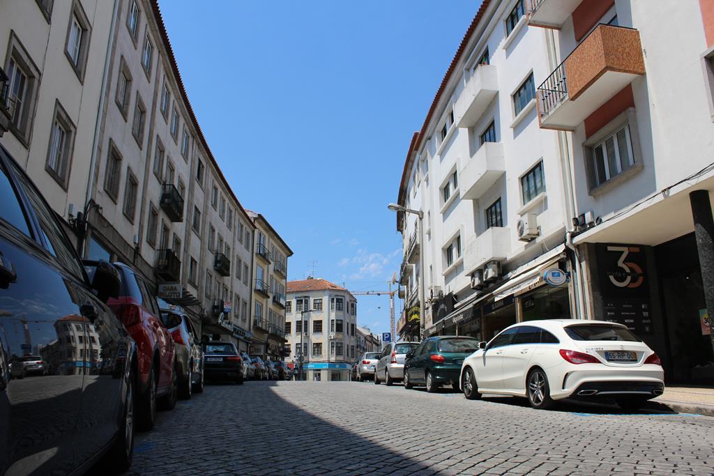 Uma imagem pouco habitual: a Rua Alexandre Lobo, no centro de Viseu, deserta. Foto: Liliana Carona/RR