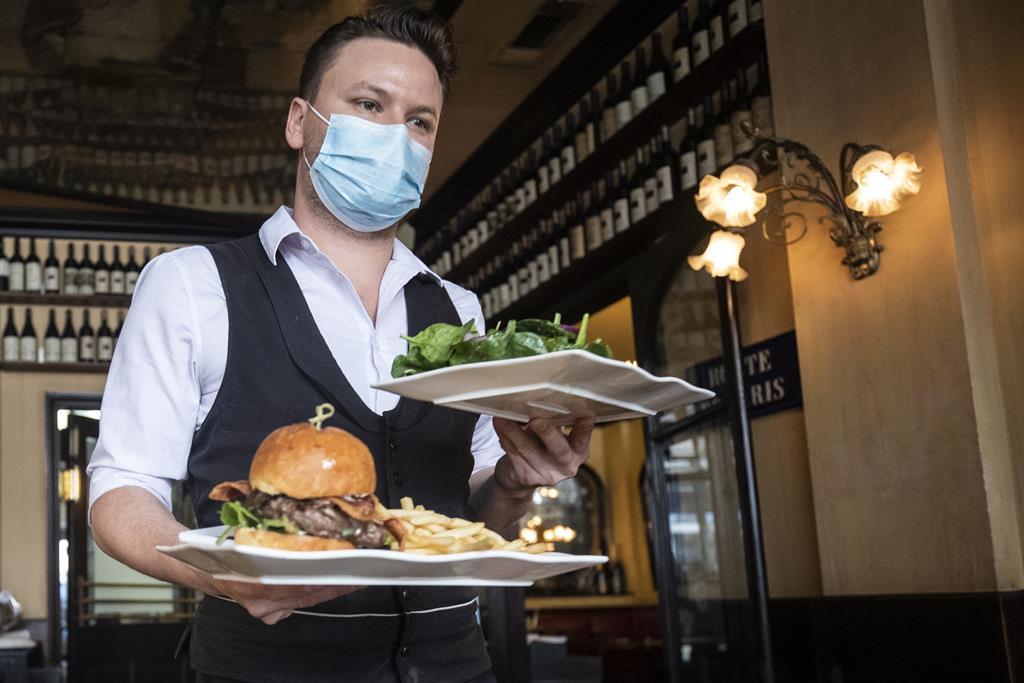 Restaurantes reabrem, com limitações e centros comerciais e lojas tambem. Foto: EPA