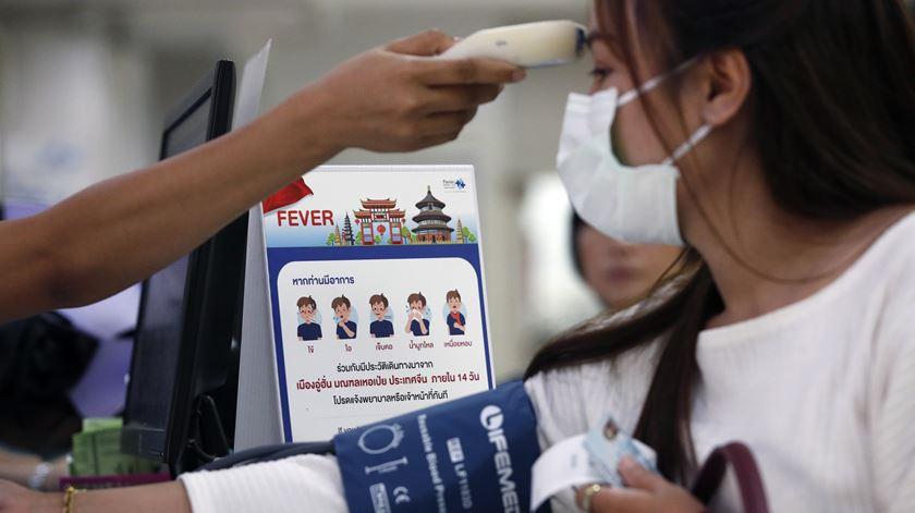 Rastreios na Tailândia, onde já foram detetados quatro casos. Foto: Rungroj Yongrit/EPA