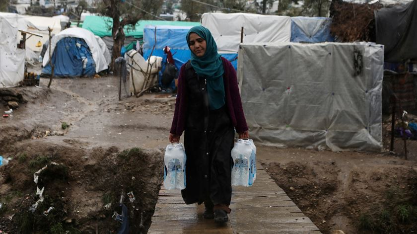 Mulher refugiada no campo de Moria. Foto: Elias Marcou/Reuters