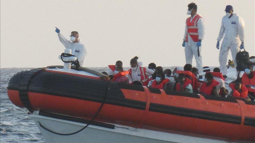 Desde sexta-feira, cerca de 30 pequenas embarcações, na sua maioria da costa tunisina, foram chegando à ilha de Lampedusa. Foto: Elio Desiderio/EPA