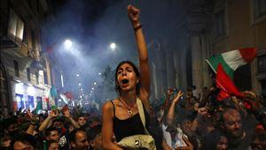 Milhares de italianos saem à rua em celebração. País com 37% de vacinados