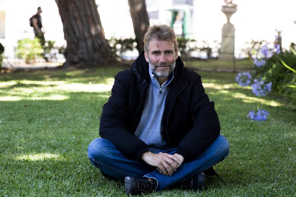 Todos os dias das 8h às 19h, o empresário protesta no jardim em frente ao Palácio de Belém.