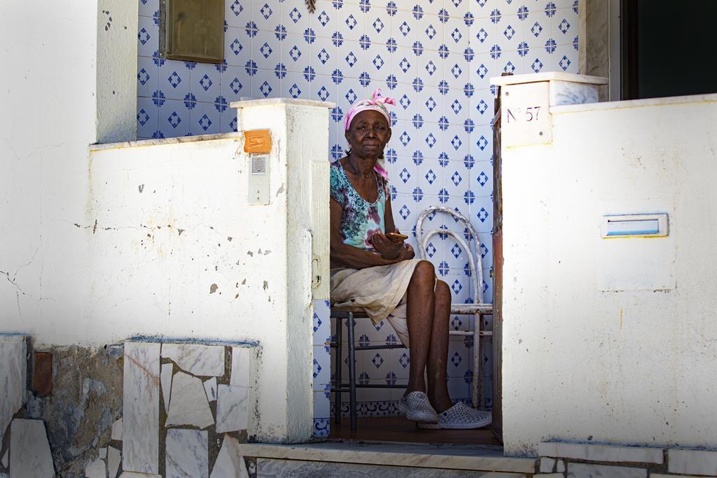 Moradora de uma das primeiras construções à entrada do bairro.