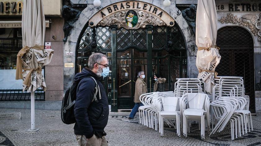 """O café """"A Brasileira"""", em Lisboa, esteve encerrado durante o segundo período de confinamento. Foto: Mário Cruz/Lusa"""