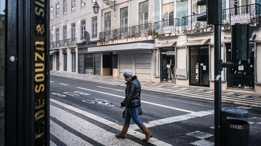 Lojas na baixa lisboeta encerradas, devido às restrições impostas pelo Governo, no combate à Covid-19. Foto: Mário Cruz/Lusa