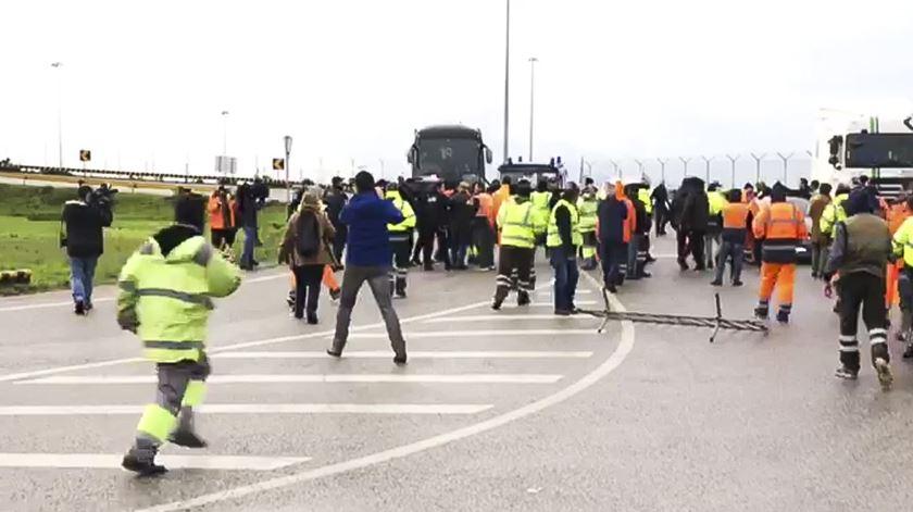 """Trabalhadores do Porto de Setúbal exigem contratos. Acordo está preso por """"pequenos aspetos"""", diz sindicalista. Foto: João Cunha/RR"""