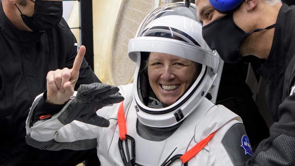 "Shannon Walker, uma das astronautas na cápsula ""Resilience"", da SpaceX. Foto: Bill Ingalls/NASA/EPA"