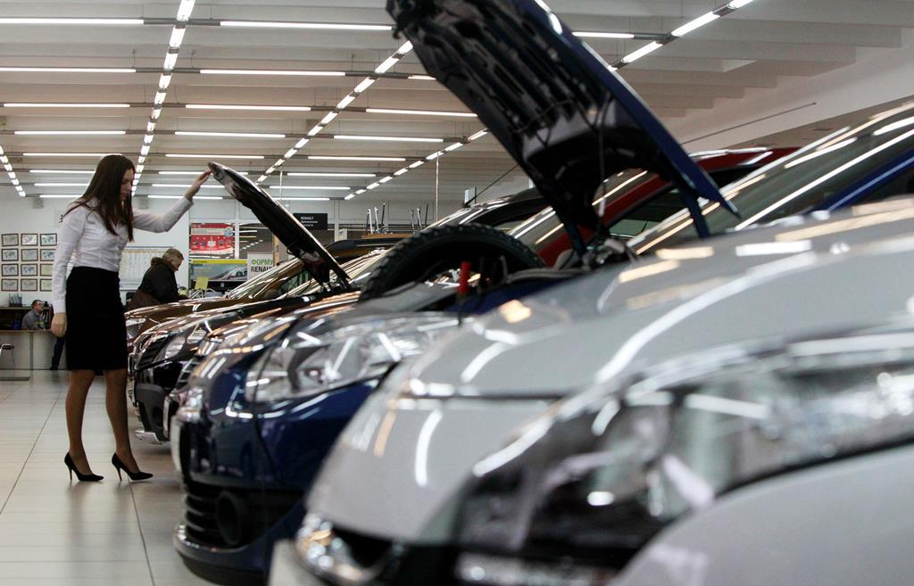 Stands revelam a falta de novos carros se está a agravar todas as semanas. Foto: Maxim Shemetov/Reuters