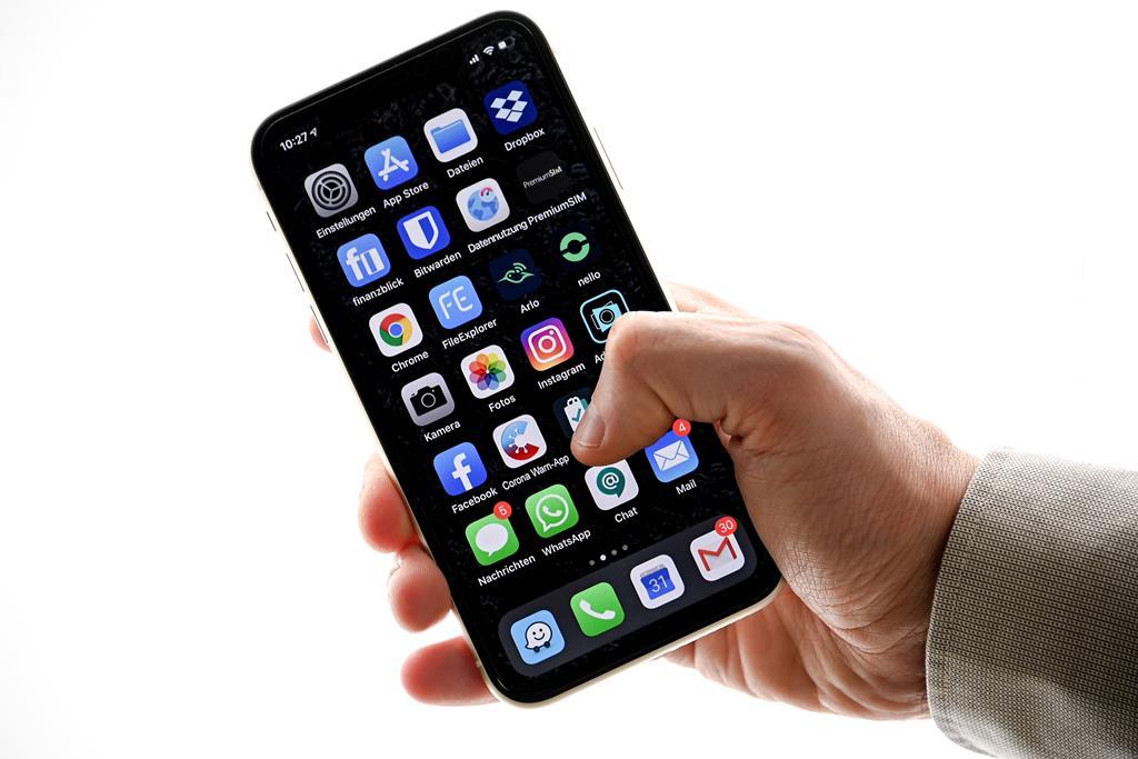 Utilizadores vão poder avaliar se telemóveis são ecológicos ou não. Foto: Sasha Steinbach/EPA