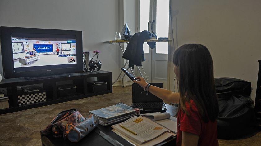 Uma investigação realizada em Portugal, Espanha e França revelou que 64% dos pais ficaram sobrecarregados com as tarefas escolares.Foto: Carlos Barroso/ Lusa