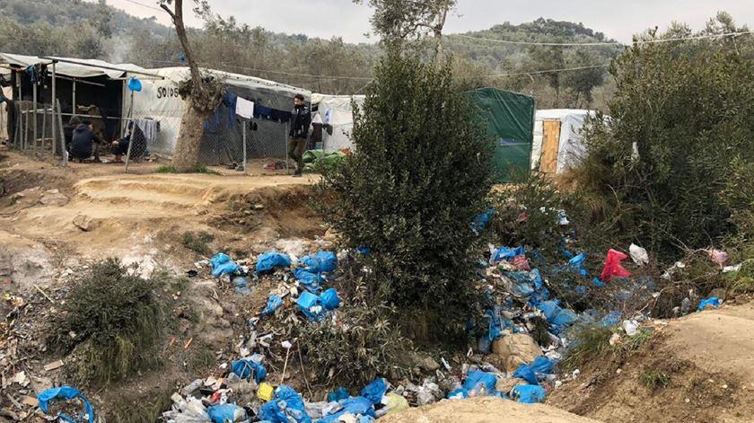 Tendas rodeadas de lixo em Moria. Foto: Fenix Humanitarian Legal Aid