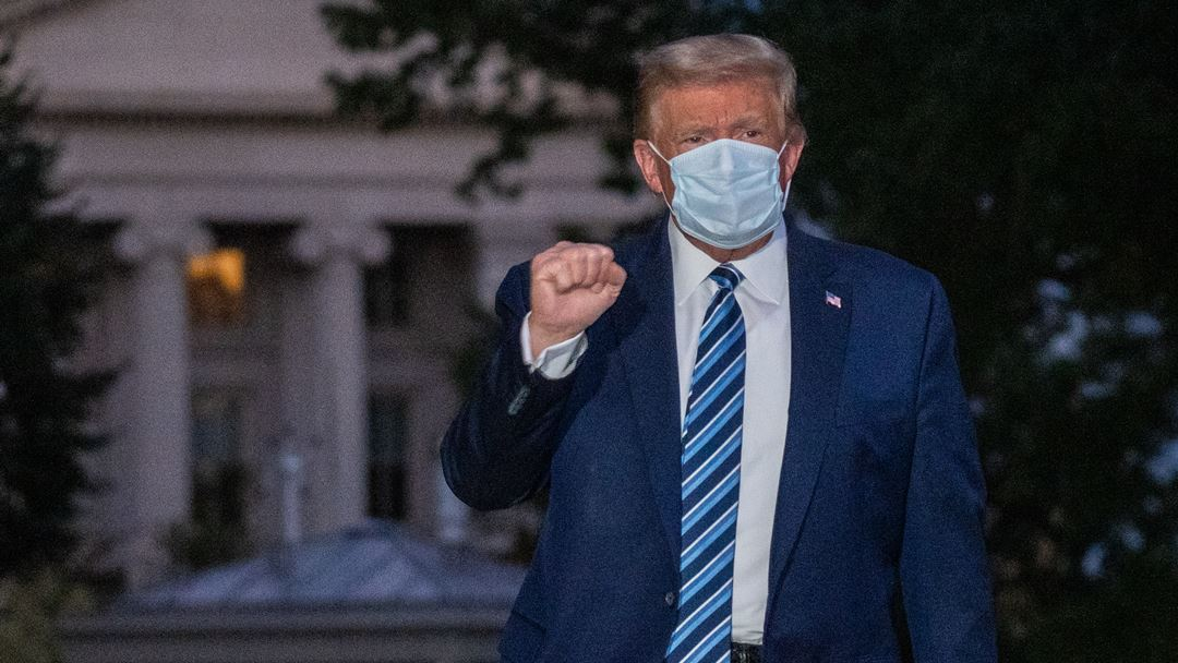 Donald Trump de máscara após regressar do hospital à Casa Branca. Foto: Ken Cedeno/EPA