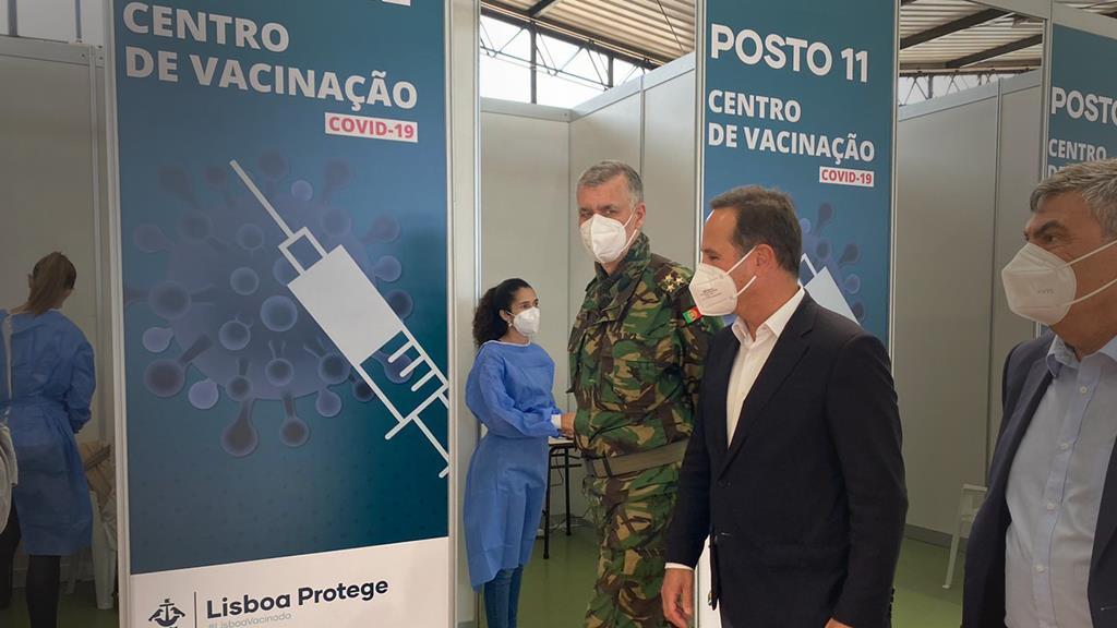 Coordenador da task force para a vacinação contra a Covid-19 em Portugal, o vice-almirante Gouveia e Melo, e o presidente da Câmara de Lisboa, Fernando Medina, visitam maior centro de vacinação em Lisboa, na Cidade Universitária. Foto: Liliana Monteiro/RR
