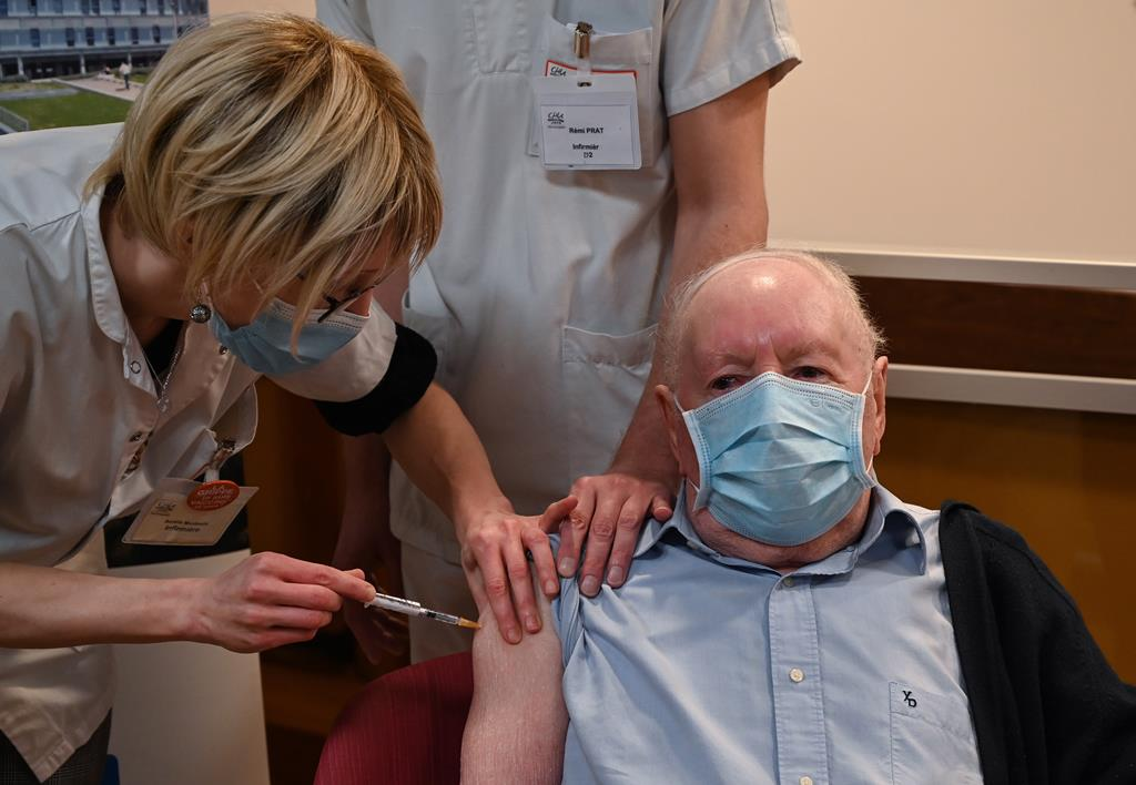 Idoso recebe dose da vacina contra a Covid-19. Foto: Philippe Desmazest/EPA